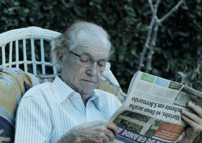 leitura-de-jornal-residencial-para-idosos-lar-alcina_Med