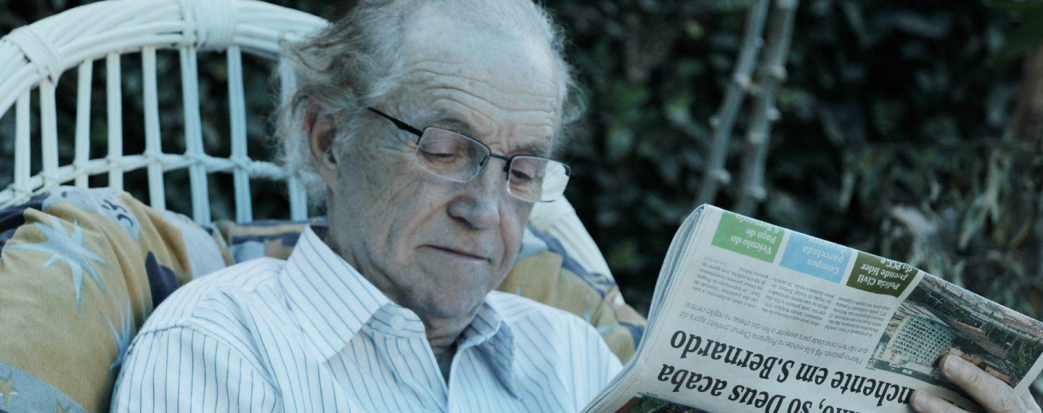 Senhor lendo jornal do dia na Casa de Repouso para Idosos Lar Alcina