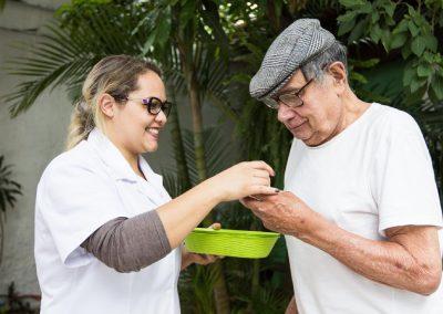 cuidadores-de-idosos-no-lar-alcina